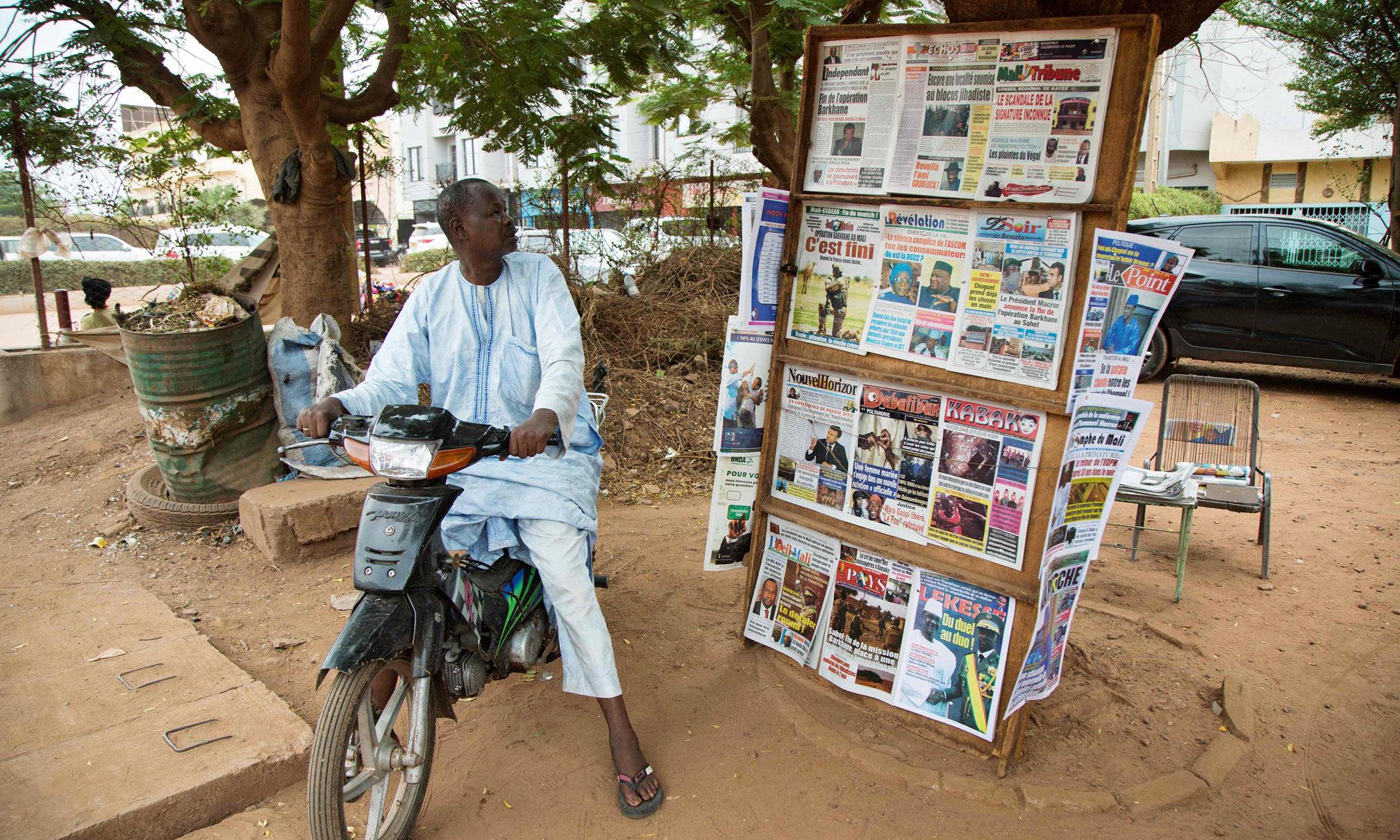 Ein Mann auf einem Motorrad betrachtet die Nachrichten