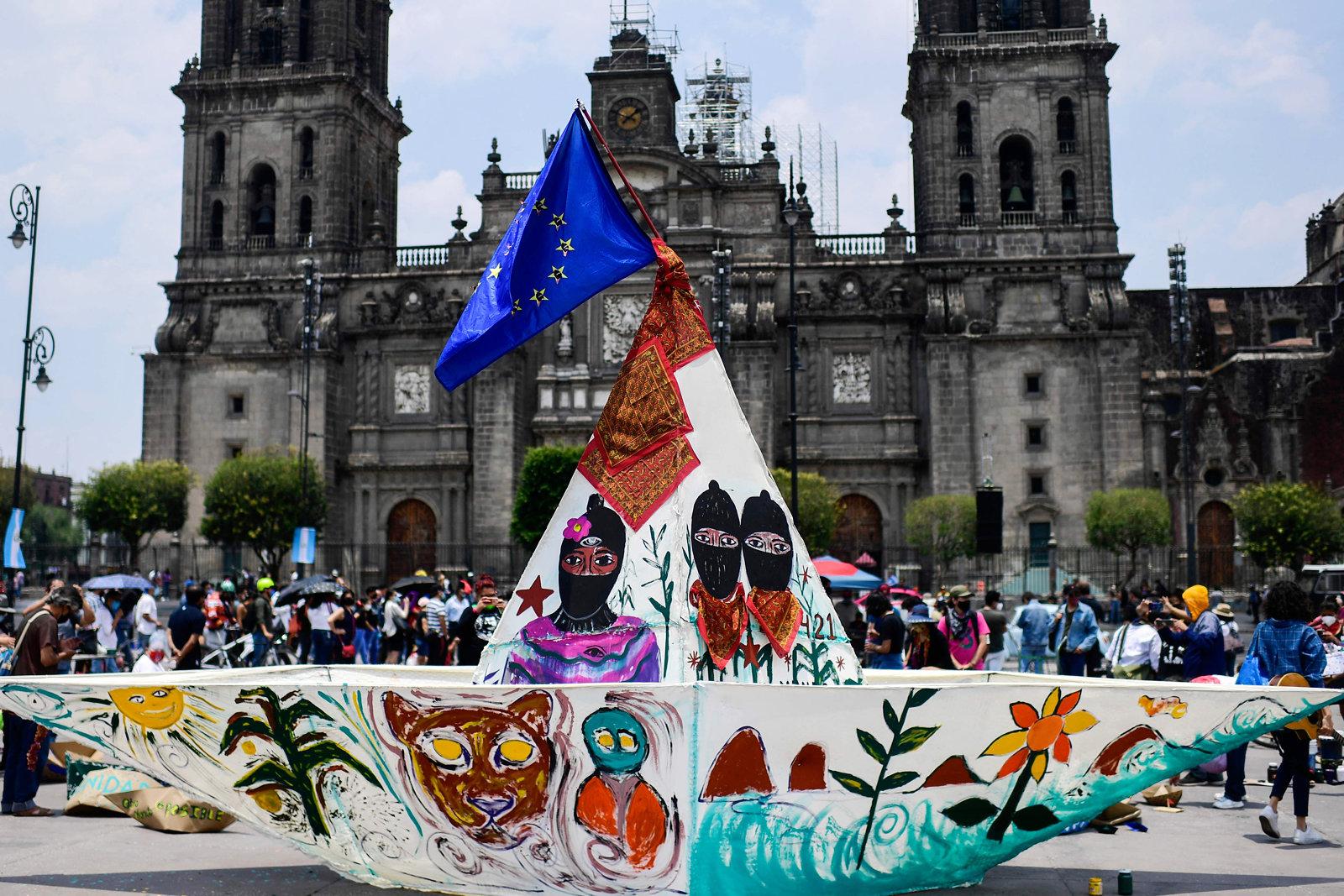 Zapatistinnen stellen symbolisch ihre Reisepläne mit einem Boot dar
